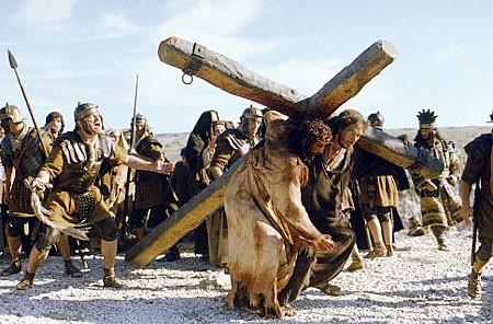 Ntoo Cuam Txoj Kev Jesus-carries-the-cross